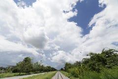 Paisagem da estrada de ferro com nuvens e fundo do céu azul Foto de Stock Royalty Free