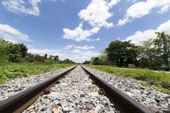 Paisagem da estrada de ferro com nuvens e fundo do céu azul Imagens de Stock Royalty Free