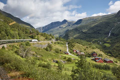 Paisagem da estrada de ferro de Flam Destaque norueguês do turismo Terra de Noruega fotografia de stock royalty free