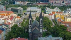 Paisagem da igreja do timelapse de Saint Cyril e de Methodius em Praga, república checa video estoque