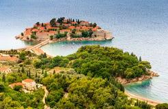 Paisagem da ilha e do recurso pequenos Sveti Stefan montenegro foto de stock royalty free