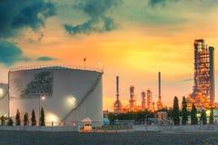 Paisagem da indústria da refinaria de petróleo com o tanque de armazenamento do óleo Fotografia de Stock