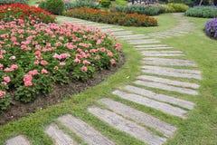 Paisagem da jardinagem floral com caminho Fotografia de Stock