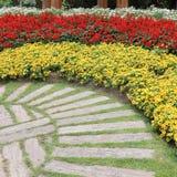 Paisagem da jardinagem floral com caminho Fotografia de Stock Royalty Free