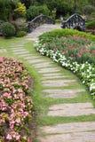 Paisagem da jardinagem floral com caminho Imagens de Stock