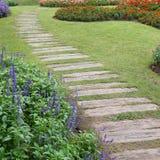 Paisagem da jardinagem floral com caminho Imagens de Stock Royalty Free