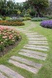 Paisagem da jardinagem floral com caminho Foto de Stock Royalty Free