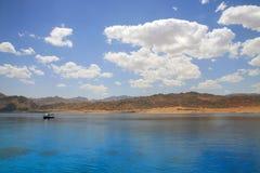 Paisagem da lagoa de Dahab. Mar Vermelho. Dia ensolarado. Imagem de Stock