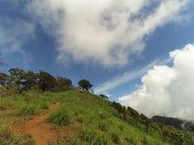 Paisagem da luz do dia nas montanhas com fundo do céu azul e da nuvem Foto de Stock Royalty Free