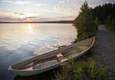 Paisagem da manhã com o barco de fileira velho Fotos de Stock Royalty Free