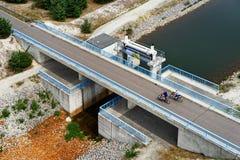 Paisagem da mineração de Recultivated com ponte e ciclismo do canal fotografia de stock