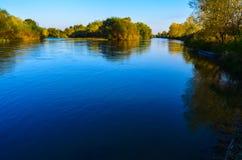 Paisagem da mola do lago perto da vila Yabalkovo, Haskovo, Bulgária Foto de Stock Royalty Free