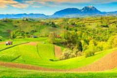 Paisagem da mola e vila rural, Holbav, a Transilvânia, Romênia, Europa Fotografia de Stock