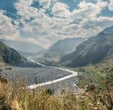 Paisagem da montanha Aragvi River Valley Fotos de Stock Royalty Free