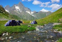 Paisagem da montanha com as barracas Fotos de Stock Royalty Free