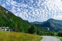 Paisagem da montanha com as nuvens de giro da estrada e de cirro-estrato Foto de Stock Royalty Free