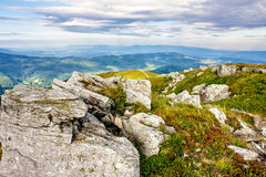 Paisagem da montanha com as pedras na grama no montanhês e no azul Fotografia de Stock
