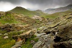 Paisagem da montanha com as pedras no primeiro plano Fotos de Stock Royalty Free