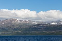 Paisagem da montanha com céu azul e nuvens Natureza bonita Noruega imagem de stock royalty free