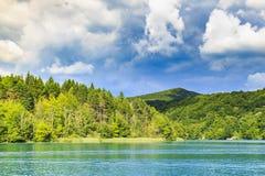 Paisagem da montanha com florestas e água das montanhas La de Plitvice Fotos de Stock
