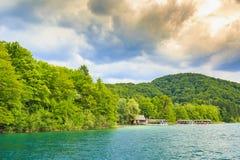 Paisagem da montanha com florestas e água das montanhas La de Plitvice Fotos de Stock Royalty Free