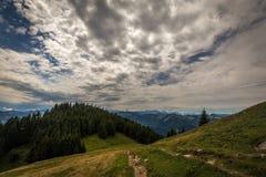 Paisagem da montanha com fuga de caminhada e ideia da paisagem bonita em Áustria imagens de stock