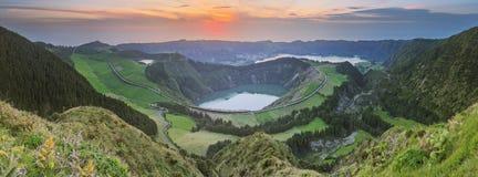 Paisagem da montanha com fuga de caminhada e vista de lagos bonitos, Ponta Delgada, Sao Miguel Island, Açores, Portugal imagens de stock royalty free