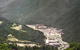 Paisagem da montanha com ideias do complexo do esqui fotografia de stock royalty free