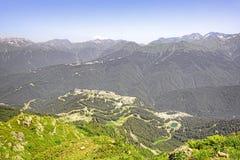 Paisagem da montanha com ideias do complexo do esqui imagens de stock royalty free