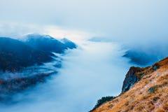 Paisagem da montanha com névoa abaixo dos picos foto de stock
