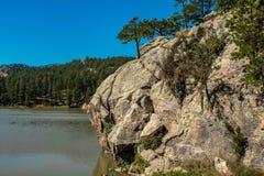 paisagem da montanha, com o penhasco em torno do lago imagem de stock