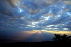 Paisagem da montanha com a onda da névoa e do céu nebuloso escuro dreamy imagem de stock
