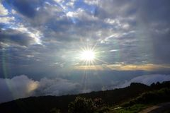 Paisagem da montanha com a onda da névoa e do céu nebuloso escuro dreamy fotos de stock royalty free
