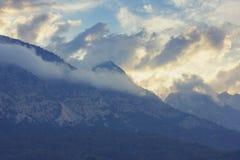 Paisagem da montanha com partes superiores nas nuvens Foto de Stock