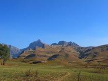 Paisagem da montanha com pico do rinoceronte, parque nacional de Drakensberg do uKhahlamba fotos de stock