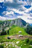 Paisagem da montanha com sheepfold nas montanhas Carpathian, romanas Fotografia de Stock Royalty Free