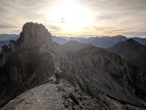Paisagem da montanha com trajeto imagens de stock royalty free