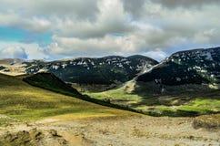Paisagem da montanha com um céu dramático fotos de stock royalty free