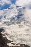 Paisagem da montanha com uma geleira e um pico fotografia de stock