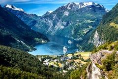 Paisagem da montanha com vista aérea do fiorde de Geiranger no verão fotografia de stock royalty free
