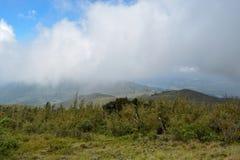 Paisagem da montanha contra um fundo nevoento fotografia de stock royalty free