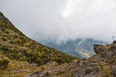 Paisagem da montanha contra um fundo nevoento imagens de stock