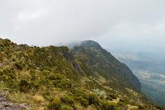 Paisagem da montanha contra um fundo nevoento fotos de stock royalty free