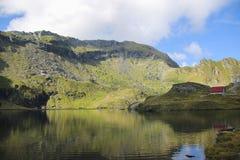 Paisagem da montanha da alta altitude com lago natural Imagens de Stock Royalty Free