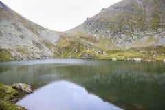 Paisagem da montanha da alta altitude de um lago cercado por rochas Fotografia de Stock