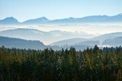 Paisagem da montanha da calma do inverno da manhã foto de stock royalty free