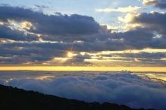 Paisagem da montanha da manhã com as ondas da névoa Foto de Stock Royalty Free