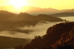 Paisagem da montanha da manhã com as ondas da névoa no ja baan BO Fotografia de Stock