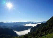Paisagem da montanha da manhã com as ondas da névoa no ja baan BO, Mae Fotografia de Stock