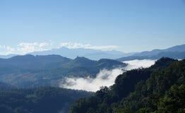Paisagem da montanha da manhã com as ondas da névoa no ja baan BO, Mae Imagem de Stock Royalty Free